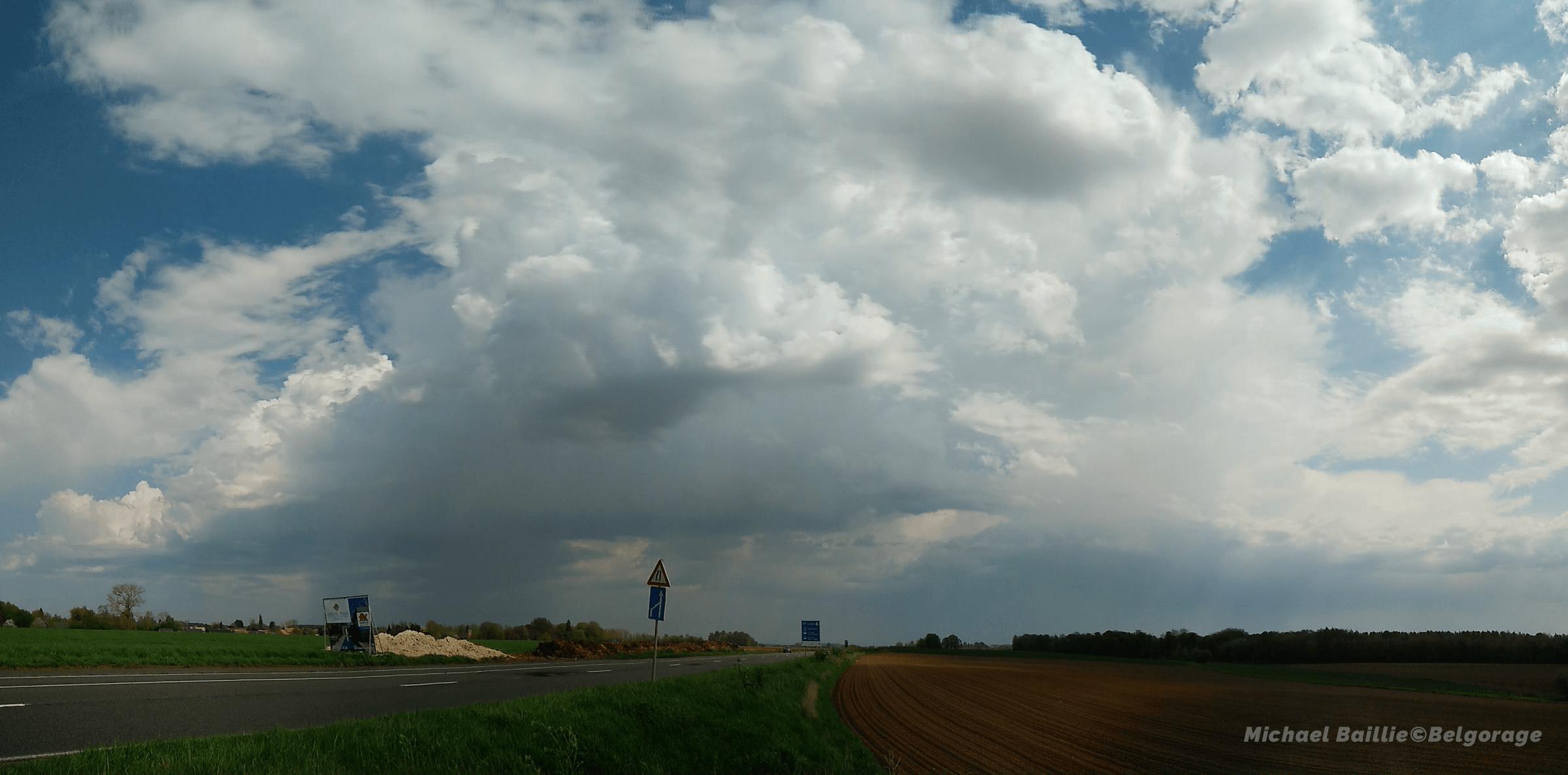 Orage monocellulaire observé depuis la région d'Upigny dans la province de Namur en Belgique, le 22 avril 2018 à 12h30. Crédit photo : Michael Baillie