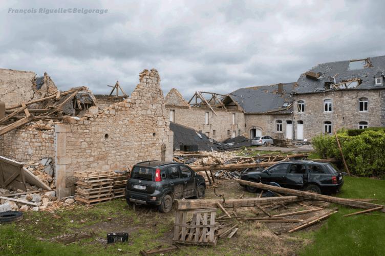 Vue d'ensemble d'une exploitation agricole, située à Waulsort dans la province de Namur en Belgique, ayant été endommagée lors du passage d'une tornade d'intensité F3 au niveau des restes de la grange, le 29 avril 2018 vers 20h10. Crédit photo : François Riguelle