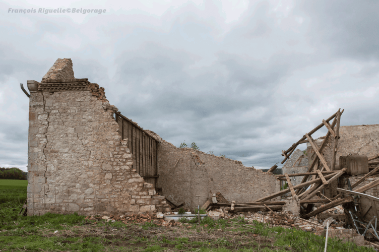 Grange d'une exploitation agricole, située à Waulsort dans la province de Namur en Belgique, ayant été totalement détruite lors du passage d'une tornade d'intensité F3 à son niveau, le 29 avril 2018 vers 20h10. Crédit photo : François Riguelle