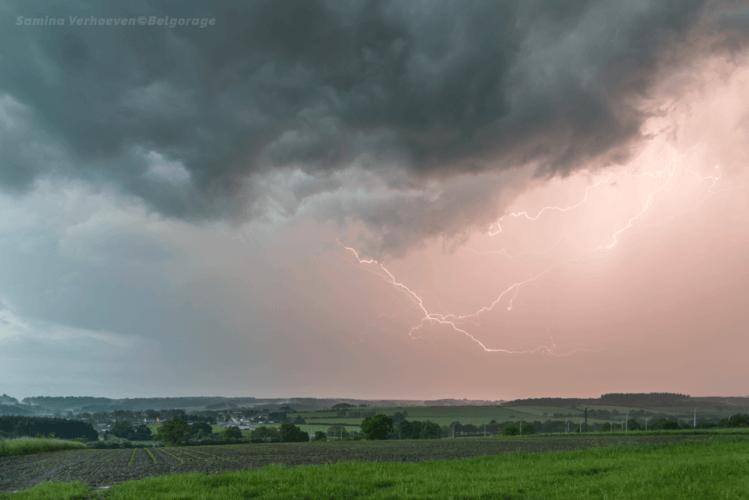 Éclairs internuageux sévissant vers la région de Sinsin en province de Namur, le 16 mai 2018 à 20h23. Crédit photo : Samina Verhoeven