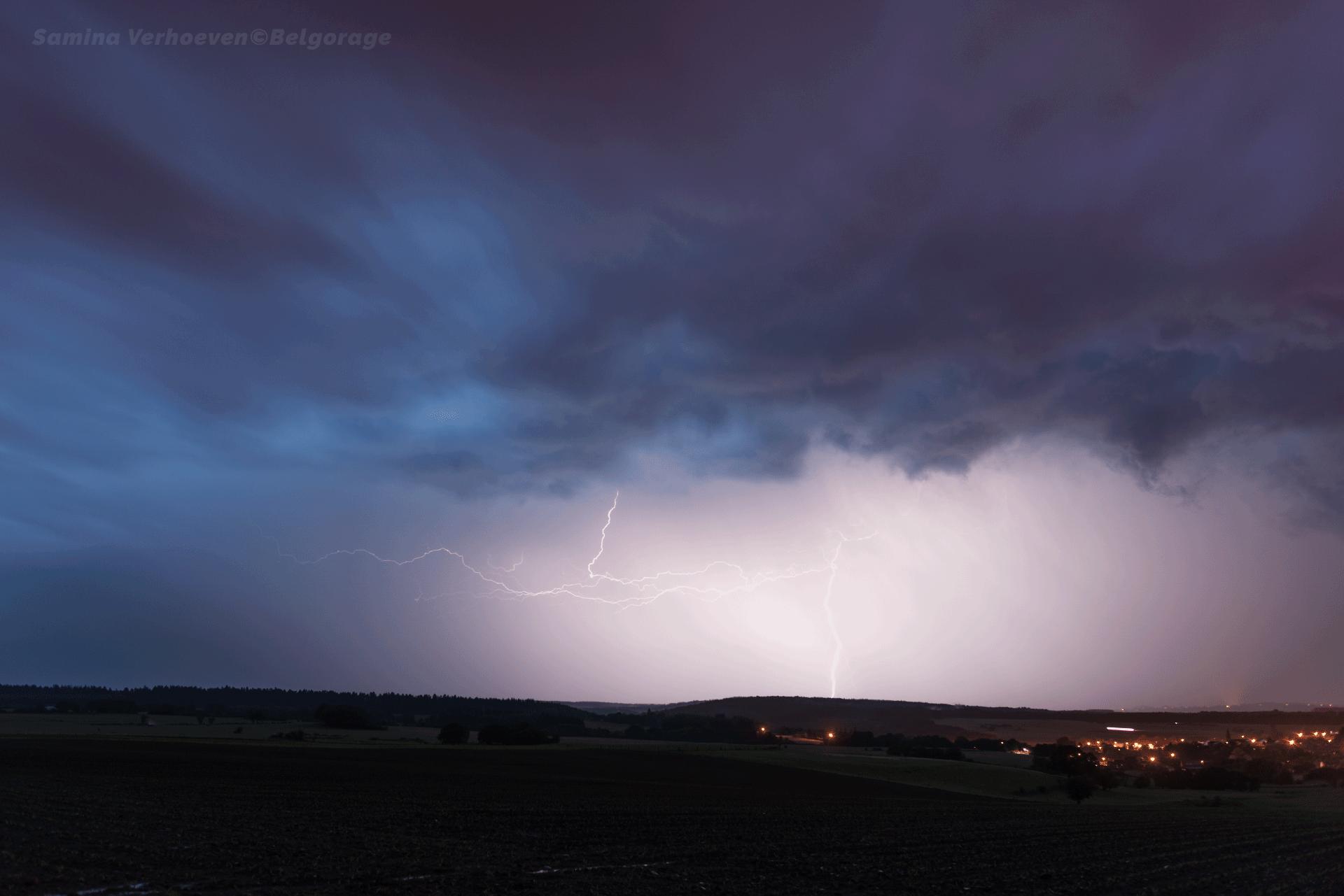 Coup de foudre sévissant à l'arrière d'un orage multicellulaire de type écho en arc vers la région de Bande en province de Luxembourg. Crédit photo : Samina Verhoeven