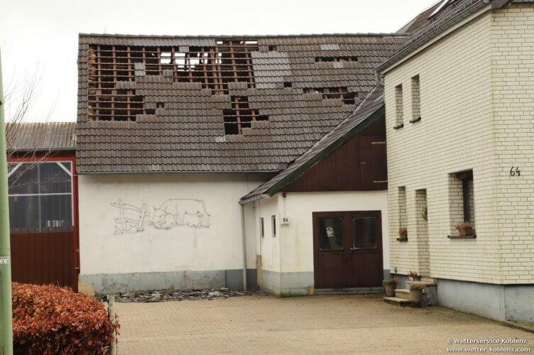 Tuiles envolées sur une ferme de Lammersdorf, à la suite du passage de la tornade de Roetgen du 13 mars 2019. Source : Wetterservice Koblenz