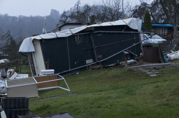 Caravane renversée par la tornade de Roetgen à Woffelsbach (15), le 13 mars 2018. Source : Eifelmomente.de