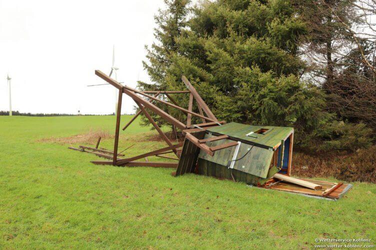 Mirador renversé par la tornade de Roetgen du 13 mars 2019. Source : Wetterservice Koblenz