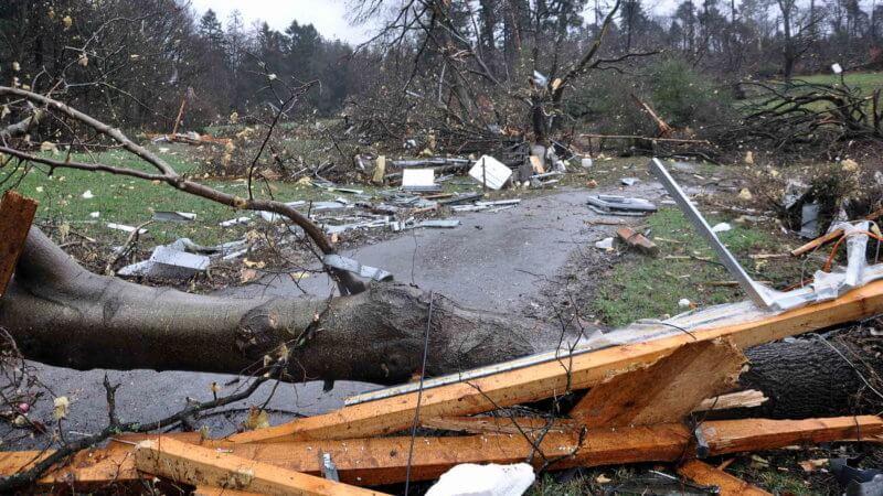 Arbres couchés et débris emportés par la tornade de Roetgen du 13 mars 2019. Source : Aachener Zeitung
