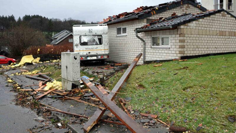 Caravane déplacée et toiture endommagée par la tornade sur une habitation de Roetgen, le 13 mars 2019. Source : Aachener Zeitung
