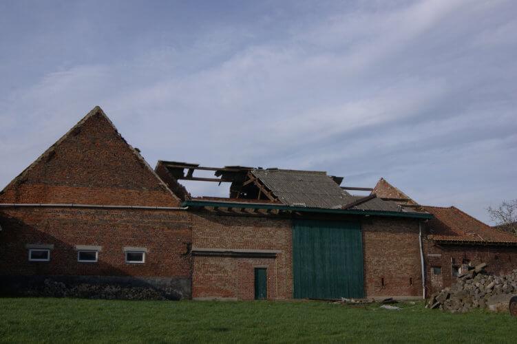 Dégâts causés par une tornade d'intensité F2 dans la région de Rekkem, en province de Flandre Occidentale. Crédit photo : Jean-Yves Frique