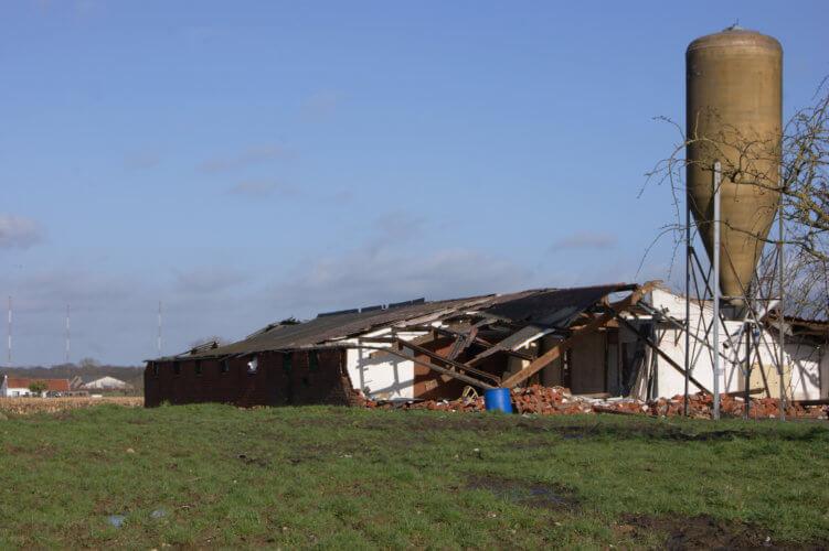 Dégâts causés par une tornade d'intensité F1 dans la région de Wingene, en province de Flandre Occidentale. Crédit photo : Jean-Yves Frique