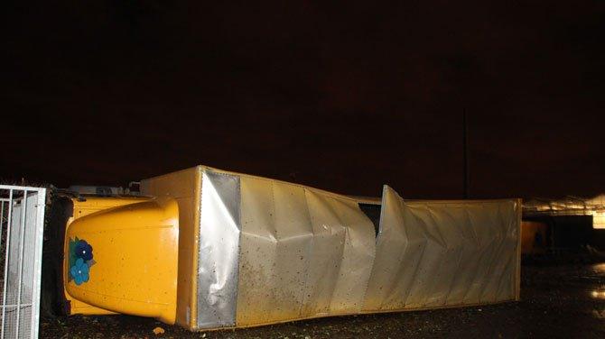 Camion endommagé par de très fortes rafales de vent sous la ligne de grains, en province de Flandre Occidentale, le 25 janvier 2014. Source : VRT