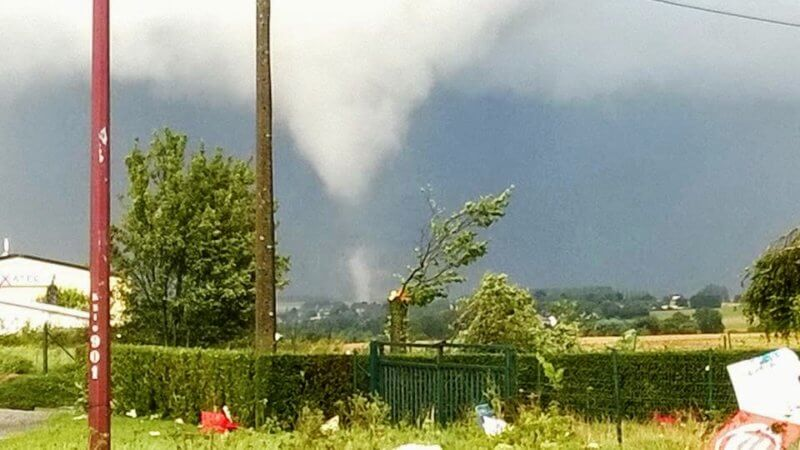 La tornade au nord-est de Charleroi, en province de Hainaut, photographiée depuis le rond-point de Ligny, alors qu'elle traverse le village de Tongrinne, le 10 août 2014. Crédit photo : J. Pasin.