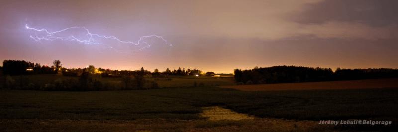 orage monocellulaire sévissant vers la région de Charleroi dans la province de Hainaut en Belgique, le 22 avril 2018 à 23h30. Crédit photo : Jérémy Lokuli