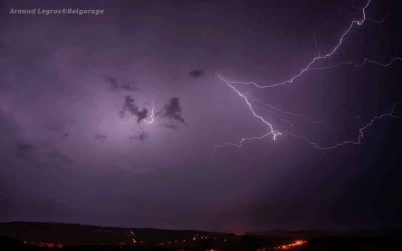 Eclairs internuageux observés vers la région de Malmédy en province de Liège le 29 avril 2018 à 21h50.