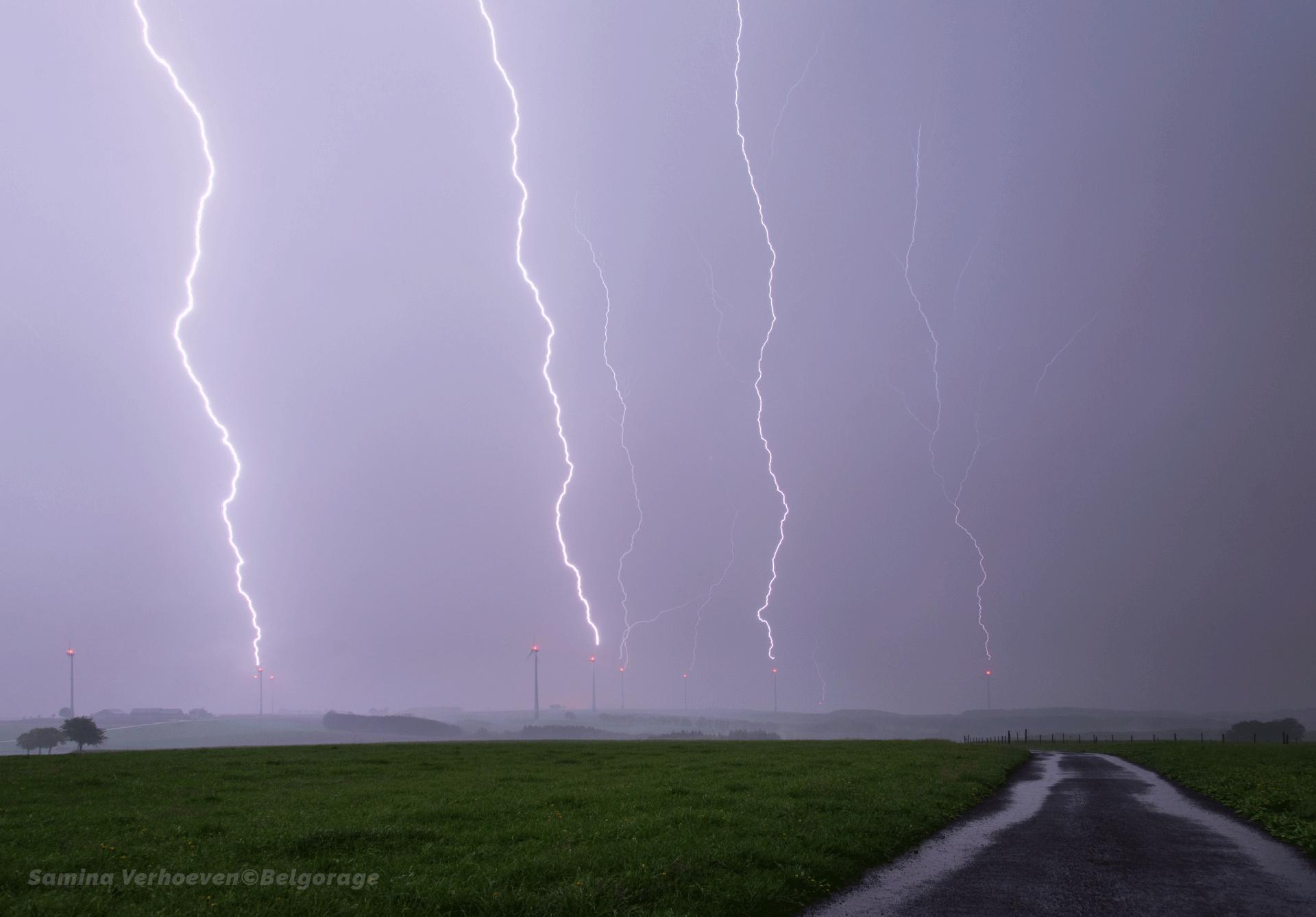 Série de coups de foudre ayant simultanément frappé un ensemble d'éoliennes dans la région de Heiderscheid au Grand-Duché de Luxembourg, le 29 avril 2018 à 23h23. Crédit photo : Samina Verhoeven
