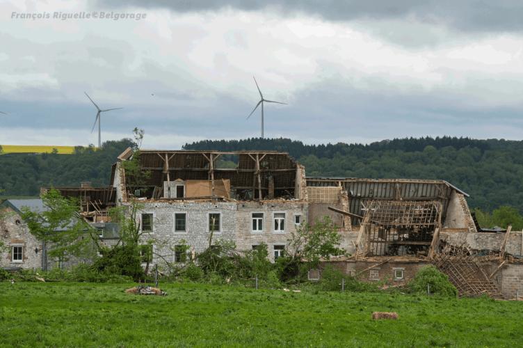 Vue d'ensemble d'une exploitation agricole, située à Waulsort dans la province de Namur en Belgique, ayant été endommagée lors du passage d'une tornade d'intensité F2 à son niveau, le 29 avril 2018 vers 20h10. Crédit photo : François Riguelle