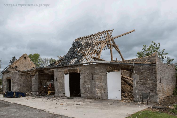 Dépendances d'une exploitation agricole, située à Waulsort dans la province de Namur en Belgique, ayant été endommagés lors du passage d'une tornade d'intensité F2 à leur niveau, le 29 avril 2018 vers 20h10. Crédit photo : François Riguelle