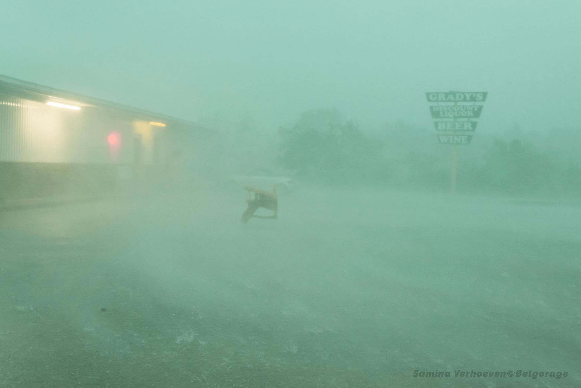 RFD ('Courant descendant de flanc arrière' en Français) produit par un orage supercellulaire HP ('Précipitation intense' en Français). Prise de vue effectuée dans la région de Brad dans l'état du Texas, le 26 mai 2015 à 17h17