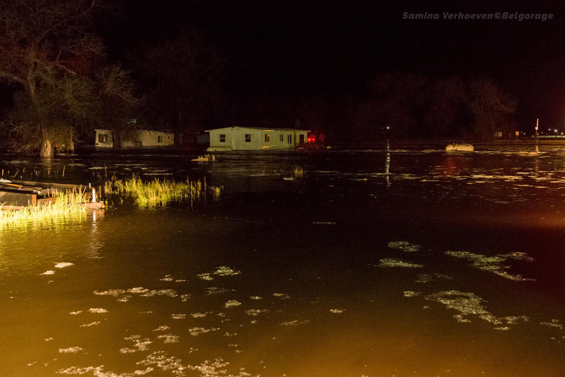Centre-ville de Manville entièrement sous eau. Une citerne flotte au milieu du carrefour. Prise de vue effectuée dans la ville de Manville dans l'état du Wyoming, le 03 juin 2015 à 23h57