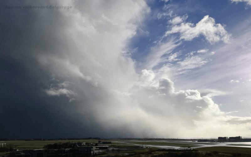 Averse orageuse vue depuis la tour de contrôle de Steenokkerzeel, en province du Brabant Flamand, le 7 mars 2019. Crédit photo : Samina Verhoeven