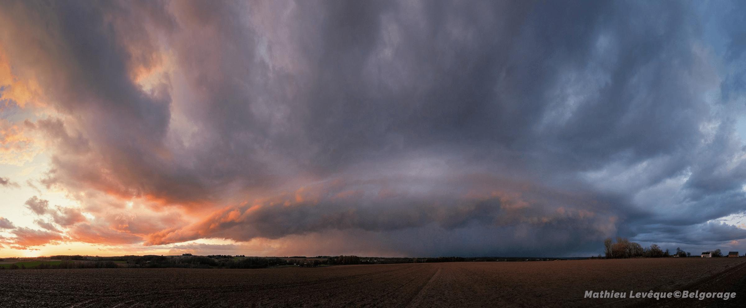 Arcus devançant une cellule orageuse dans la région de Ninove, en province de Flandre Orientale, le 10 mars 2019 vers 19h00. Crédit photo : Mathieu Levêque