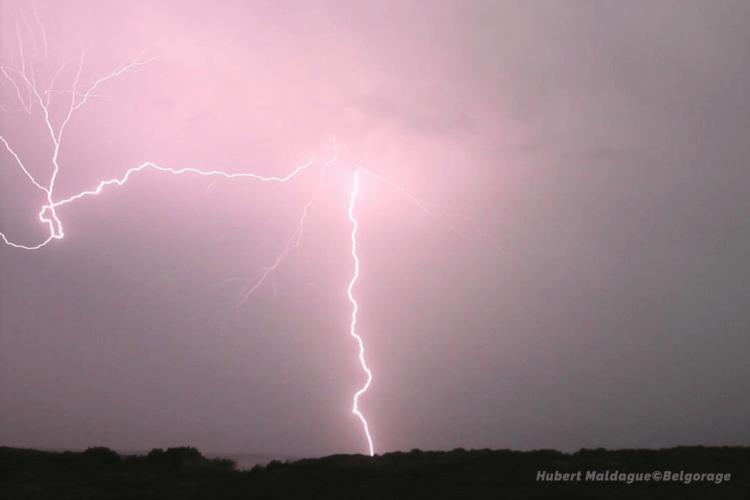 Chute de la foudre sur la région de Onhaye sous le système orageux de type écho en arc, observé depuis Gérin (province de Namur) le 4 juin 2019. Crédit photo : Hubert Maldague.