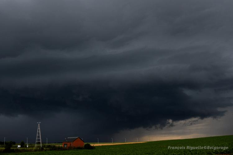 Arcus devançant une cellule orageuse à Gembloux, en province de Namur, le 19 juin 2019 vers 20h45. Crédit photo : François Riguelle