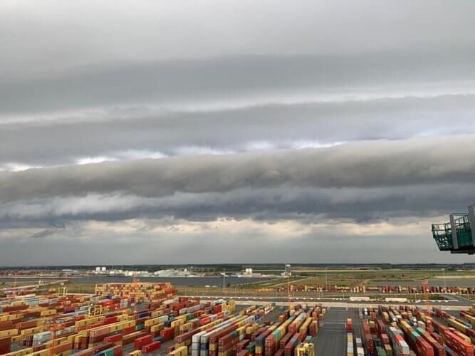 Arcus précédant une ligne d'orages multicellulaires au port d'Anvers, le 20 juillet 2019. Crédit photo : Peter Van Dierdonc