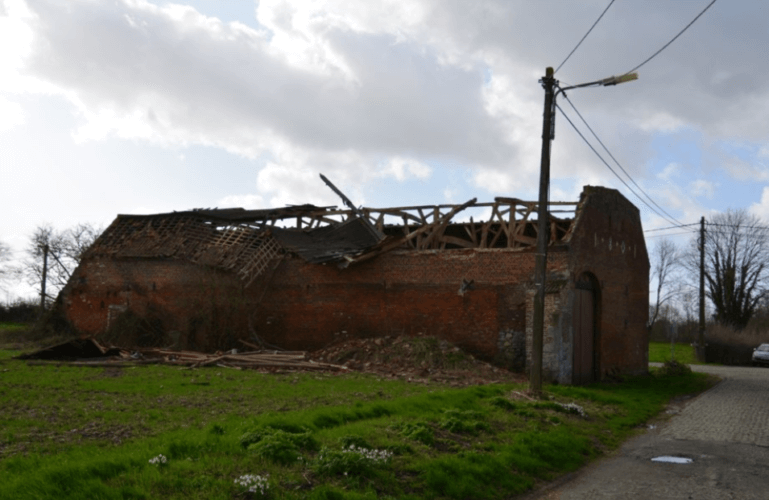 Toiture d'une grange fortement endommagée à Horimetz. Crédit photo : éda. Source : Vers l'Avenir