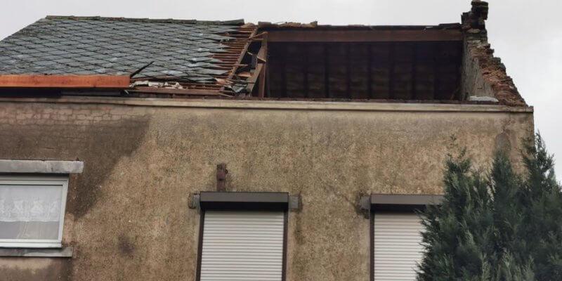 Partie de toiture arrachée à Aiseau-Presles. Crédit photo : FVH. Source : DH