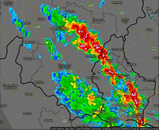 Carte radar illustrant l'axe orageux en place sur l'Ardenne et le Grand-Duché de Luxembourg, le 26 juin 2020 à 16h35. Source : Kachelmannwetter