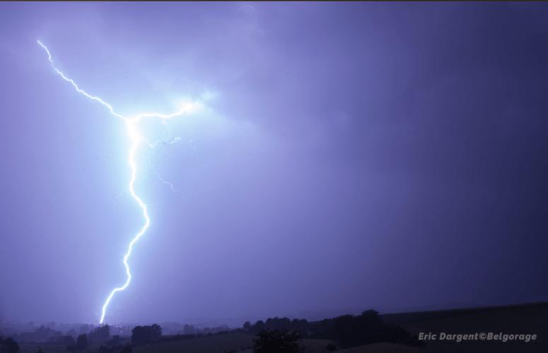 Coup de foudre observé depuis Couvreux, en province de Luxembourg, le 6 juin 2020 en soirée. Crédit photo : Eric Dargent