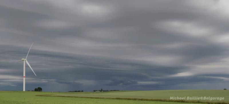 Ciel pré-orageux à Berloz, en province de Liège tandis que l'orage concerne Eghezée, en province de Namur, le 12 juin 2020 à 20h10. Crédit photo : Michaël Baillie