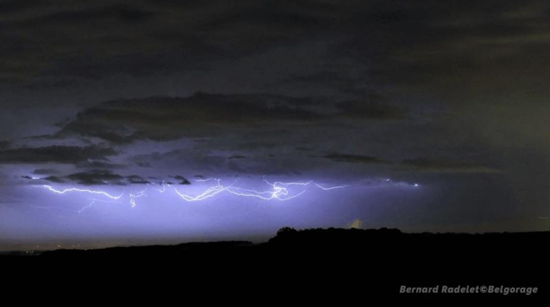 Éclair internuageux visible depuis Waremme, en province de Liège, vers 22h00, le 12 juin 2020. Crédit photo : Bernard Radelet