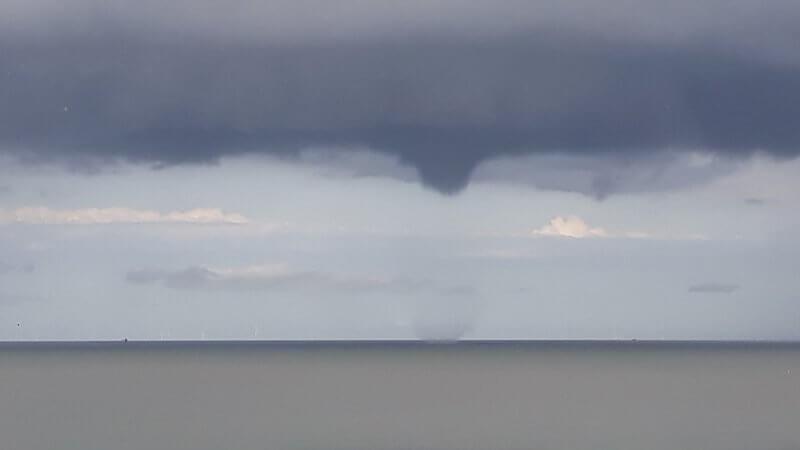 Trombe marine sévissant près de Duinbergen le 3 août 2020 vers 13h00. Crédit photo : Tina Drossaert