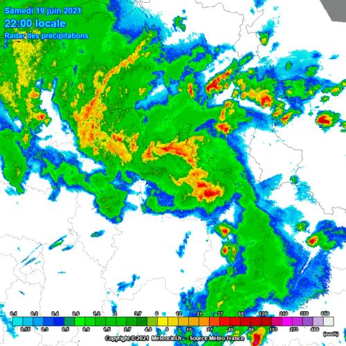 Radar de précipitations à 22h00 montrant d'une part les développements supercellulaires sur l'est de la Wallonie et l'ouest de l'Allemagne, d'autre part l'écho en arc arrivant à la frontière franco-belge. Source : Meteo France via Meteociel