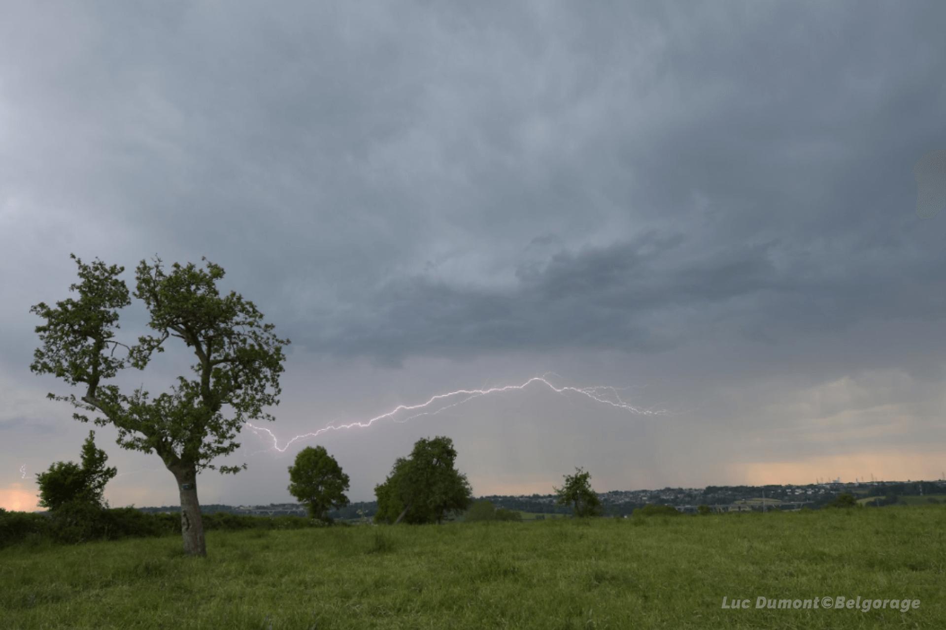 Éclair internuageux à Xhenderesse, en province de Liège, le 2 juin 2021 vers 19h30.