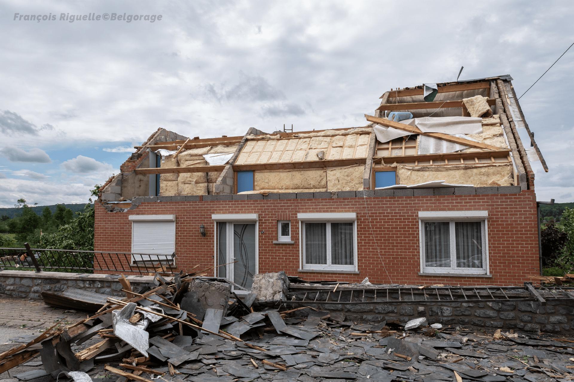 Dégâts observés sur une habitation à Eprave, en province de Namur, suite au passage d'une tornade le 19 juin 2021.