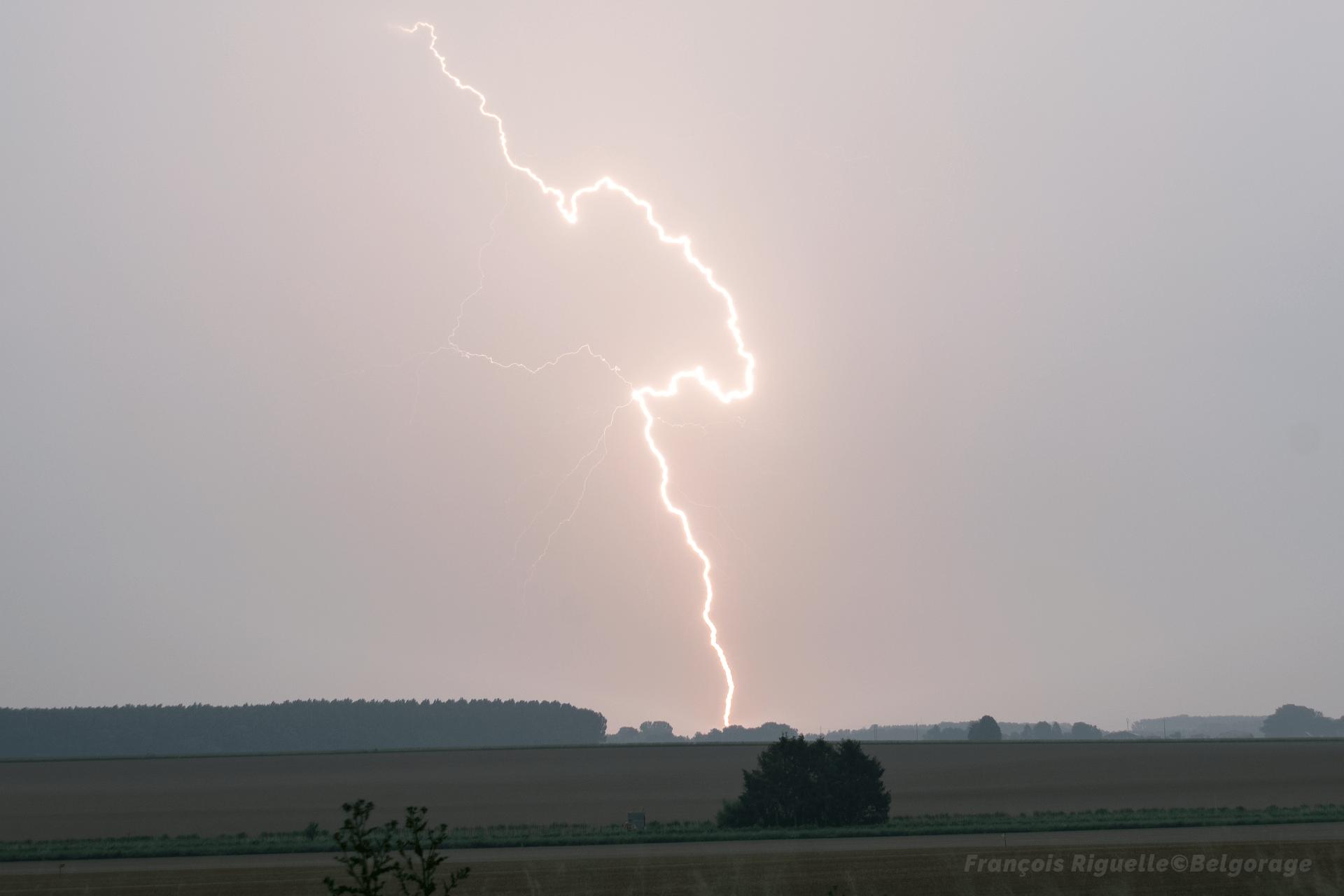 Coup de foudre descendant positif observé dans la région de Saint-Germain, en province de Namur, le 19 juin 2021 vers 22h00.