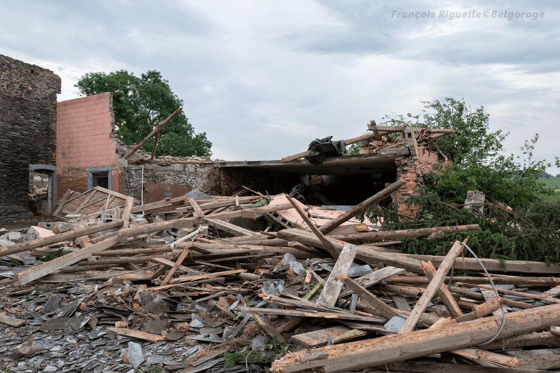 Dégâts de niveau F3 observés sur un bâtiment servant d'appartement au hameau de Bernistap, en province de Liège, suite au passage d'une tornade le 27 juin 2021.
