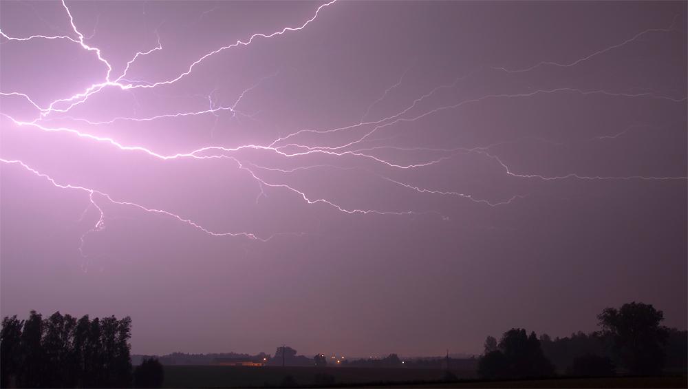 Genèses d'orages – Orage multicellulaire à l'activité électrique intense du 22 août 2011