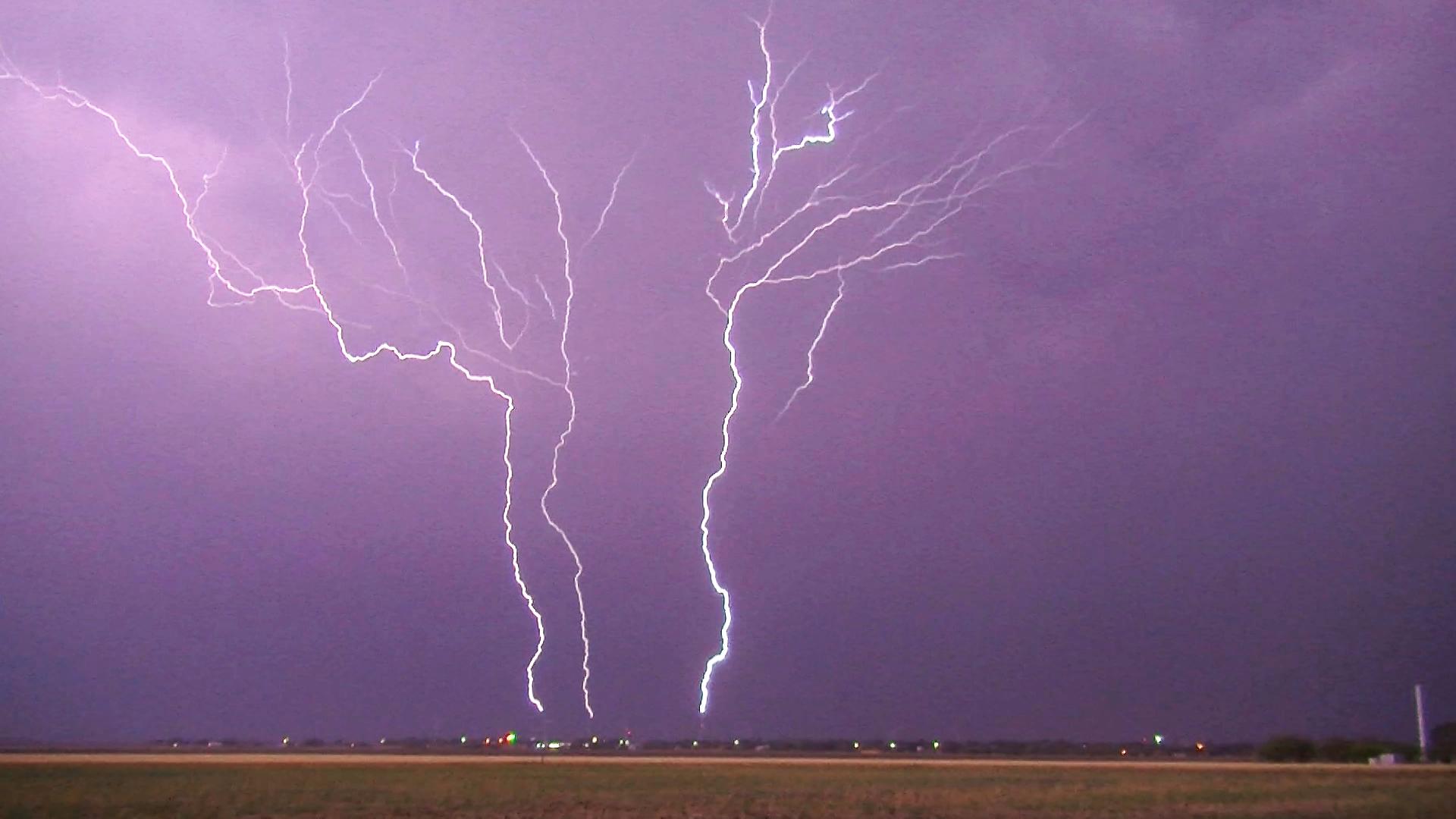 Instants d'orages – Coups de foudre ascendants sur parc éolien – 01
