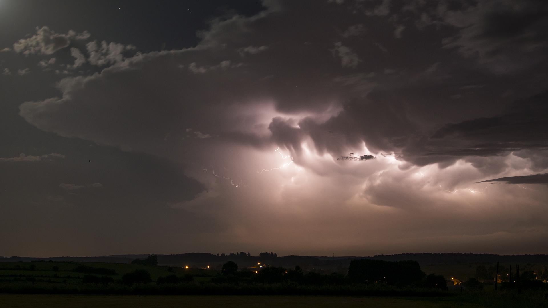 Instants d'orages – Activité électrique intense au sein d'un orage supercellulaire nocturne