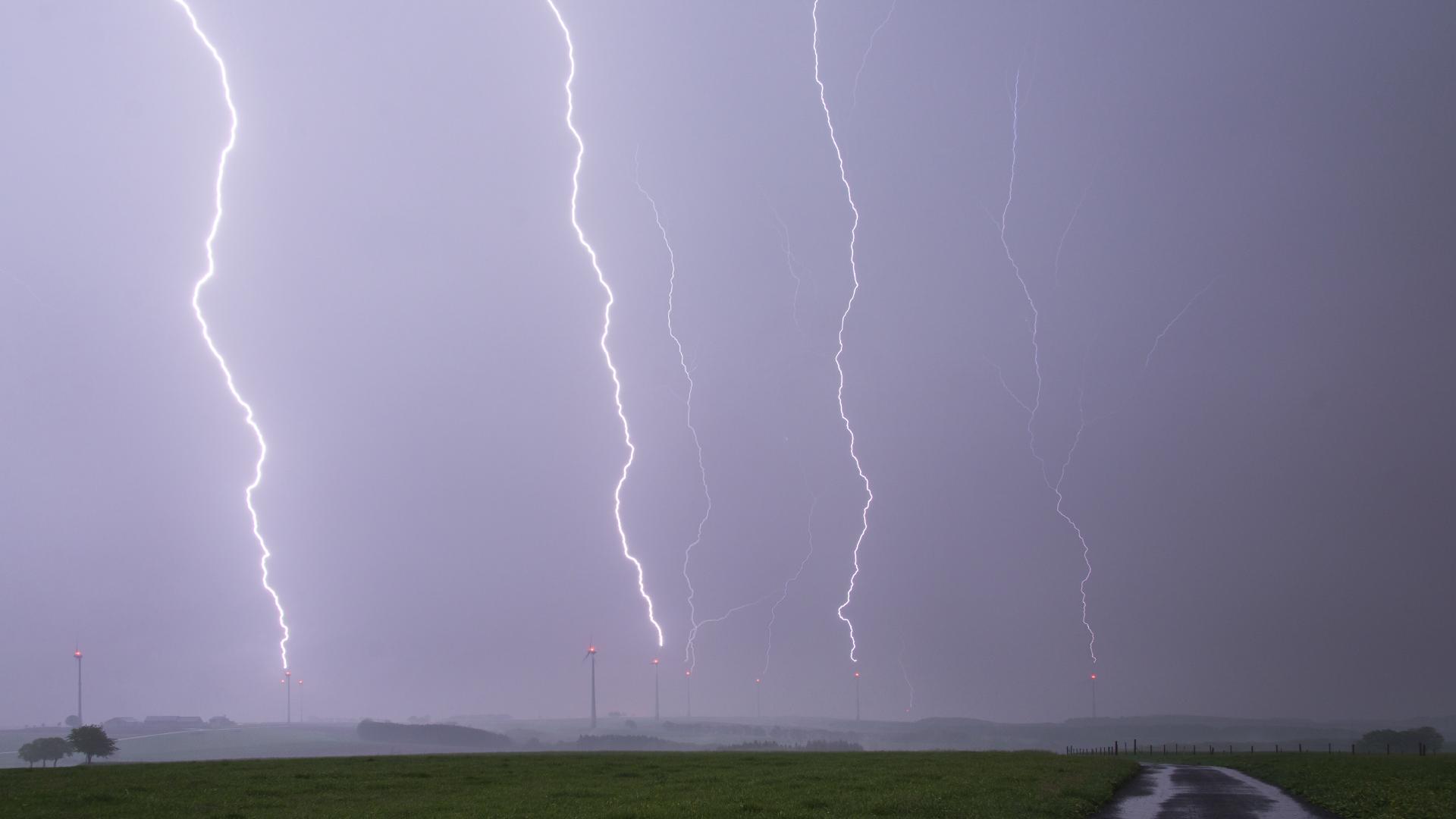 Instants d'orages – Coups de foudre simultanés sur des éoliennes